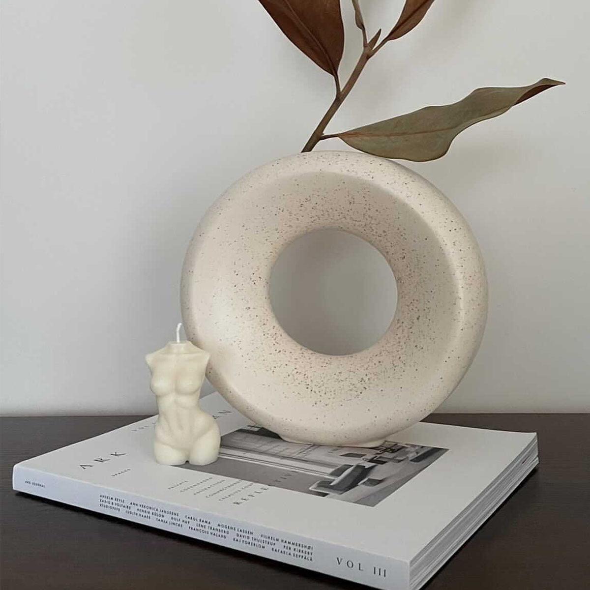 Zvake kunas prie vazos
